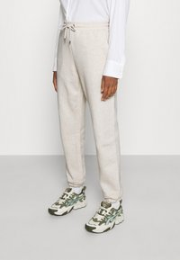 Monki - Teplákové kalhoty - white dusty light - 0
