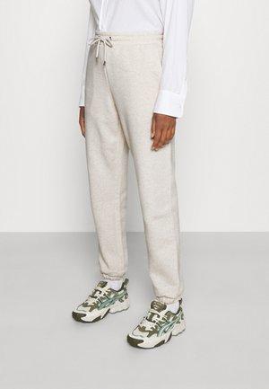 KARDI CUFF TROUSERS - Teplákové kalhoty - white dusty light