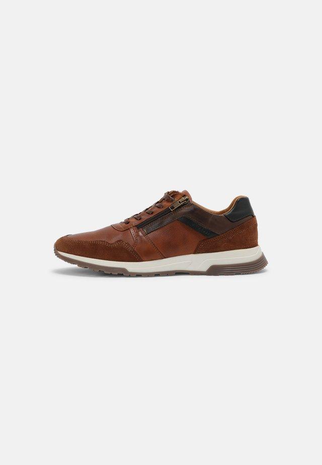 DAYMAN - Sneakersy niskie - cognac/grey navy