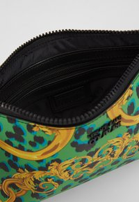 Versace Jeans Couture - LEOPARD BAROQUE POUCH - Clutch - frog - 5