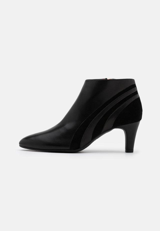 FIESTA - Ankelstøvler - black