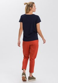 Cross Jeans - MIT ARM - Print T-shirt - navy - 2