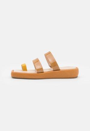 LARISSA  - Sandály s odděleným palcem - brown/yellow