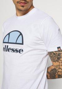 Ellesse - ALTERZI - T-shirt z nadrukiem - white - 3