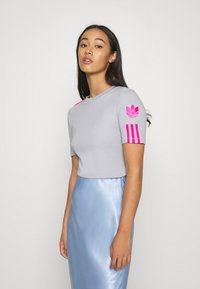 adidas Originals - ADICOLOR SLIM SHORT SLEEVE TEE - T-shirt z nadrukiem - grey two/shock pink - 0