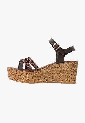 Sandały na platformie - mocca
