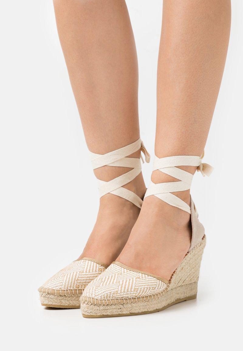 Macarena - DENIS  - Sandály na platformě - natural