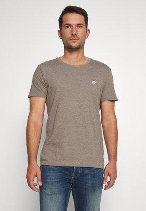 LOGO TEE  - Paprasti marškinėliai - sandstorm