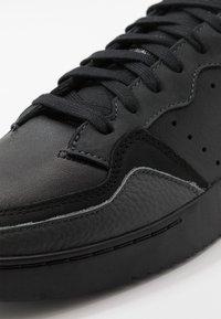 adidas Originals - SUPERCOURT - Tenisky - core black/dough solid grey - 5
