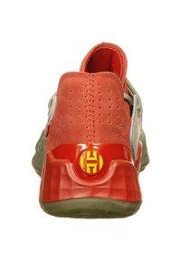 adidas Performance - HARDEN VOL. 4 BASKETBALLSCHUH HERREN - Basketball shoes - red / fear grey / legend green - 3