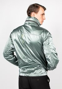 Freaky Nation - STEELBASE - Windbreaker - metal green
