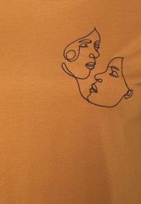 Even&Odd Curvy - Print T-shirt - brown - 5