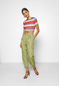 Missguided - PRIDE RAINBOW CROP TEE - T-shirts med print - multicoloured - 1