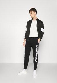 KARL LAGERFELD - PANTS - Teplákové kalhoty - black - 1