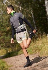 Salomon - XA PRO 3D V8 - Běžecké boty do terénu - black - 0