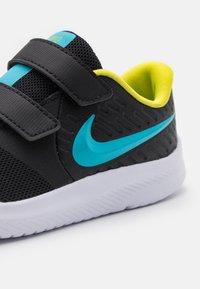 Nike Performance - STAR RUNNER 2 UNISEX - Hardloopschoenen neutraal - black/chlorine blue/high voltage/white - 5
