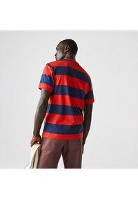 Lacoste - Print T-shirt - bleu rouge - 1