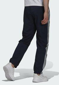 adidas Performance - 3-STRIPES SAMSON SPORTS ESSENTIALS AEROREADY PRIMEGREEN PANTS - Träningsbyxor - blue - 1