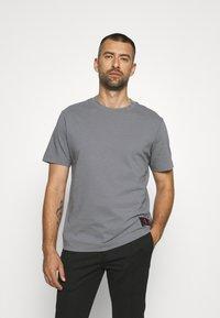 Calvin Klein Jeans - RELAXED BADGE TEE UNISEX - Print T-shirt - shining armor - 0