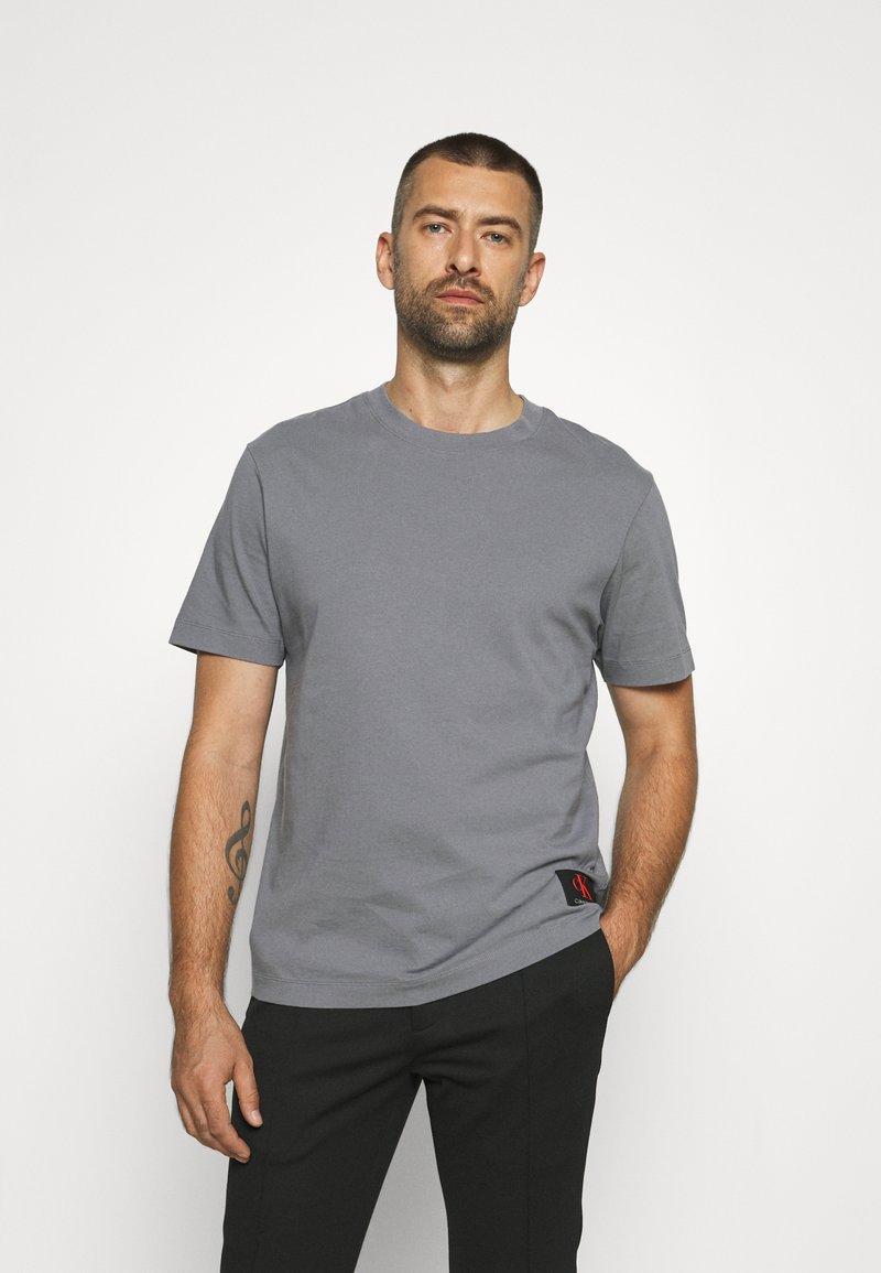 Calvin Klein Jeans - RELAXED BADGE TEE UNISEX - Print T-shirt - shining armor