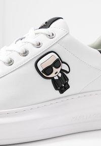 KARL LAGERFELD - KAPRI IKONIC STUD TAB - Sneakersy niskie - white/black - 2