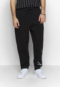 Karl Kani - SIGNATURE RETRO - Pantalon de survêtement - black/white - 0