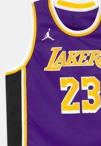 Nike Performance - NBA LA LAKERS LEBRON JAMES BOYS SWINGMAN UNISEX - Fanartikel - court purple - 2