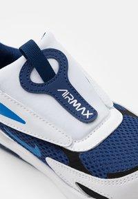 Nike Sportswear - AIR MAX BOLT UNISEX - Tenisky - blue void/signal blue/white/black - 5