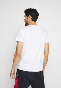 Tommy Hilfiger - CORP TEE - Printtipaita - white - 2