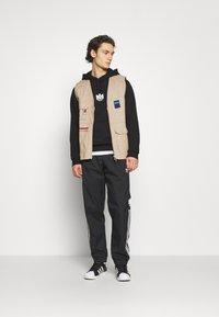 adidas Originals - TREFOIL HOOD UNISEX - Sweatshirt - black - 1