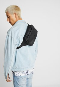 Rains - WAIST BAG - Ledvinka - black