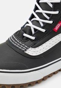 Vans - STANDARD MID MTE UNISEX - Höga sneakers - black/white - 5
