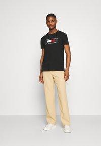 Tommy Hilfiger - LOGO BOX STRIPE TEE - T-shirt z nadrukiem - black - 1