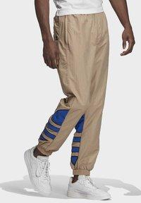 adidas Originals - BIG TREFOIL COLORBLOCK WOVEN TRACKSUIT BOTTOMS - Tracksuit bottoms - brown - 2