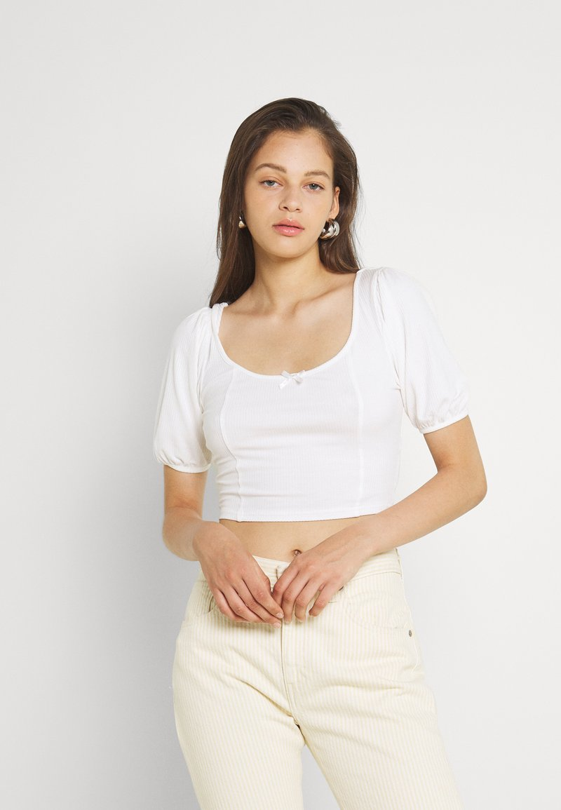 Glamorous - BOW FRONT SCOOP CROP WITH PUFF SHORT SLEEVES - T-shirts med print - cream