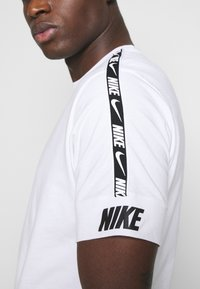 Nike Sportswear - REPEAT TEE  - Camiseta estampada - white/black - 3