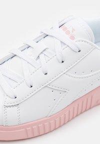 Diadora - GAME STEP UNISEX - Scarpe da fitness - white/pink peachskin - 5