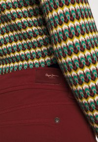 Pepe Jeans - NEW PIMLICO - Trousers - currant - 4