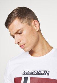 Napapijri - SELLYN - T-shirt med print - bright white - 3