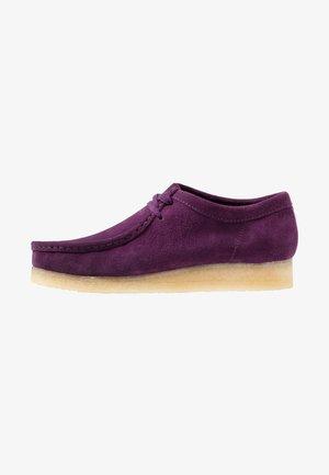 WALLABEE-SCHNÜRSENKEL-WEISS - Casual lace-ups - deep purple