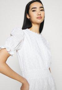 NA-KD - SMOCK DETAIL MINI DRESS - Vestido de cóctel - white - 3