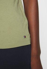 Tommy Hilfiger - NEW TEE  - Print T-shirt - faded olive - 5