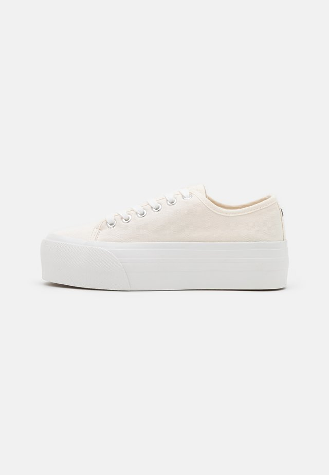 FLATFORM LACE UP - Matalavartiset tennarit - white