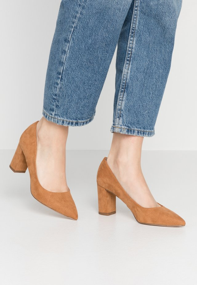 DAKOTA EVERLEY CLOSED COURT - Classic heels - tan