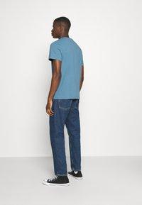Tommy Jeans - BADGE TEE  - T-shirts basic - vintage denim - 2