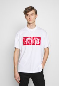 Versace Jeans Couture - BASIC LOGO REGULAR FIT - T-shirt imprimé - white / red - 0