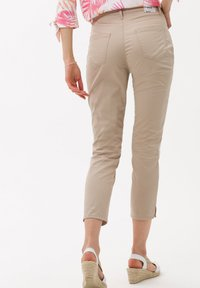 BRAX - STYLE CARO S - Trousers - toffee - 2