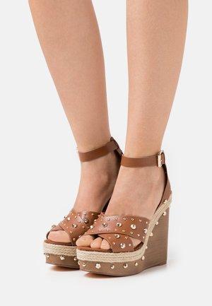 Sandalias con plataforma - brown light