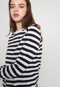 Pieces - Long sleeved top - black/bright white - 3