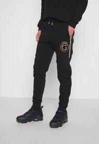 Glorious Gangsta - RAYLOW JOGGER - Tracksuit bottoms - jet black/gold - 0